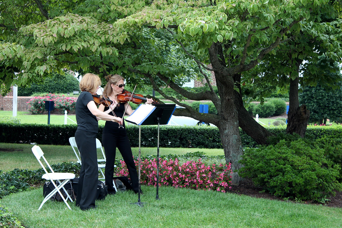 Jolie Deux RVA Violin Duo playing an outdoor wedding in Richmond, Virginia